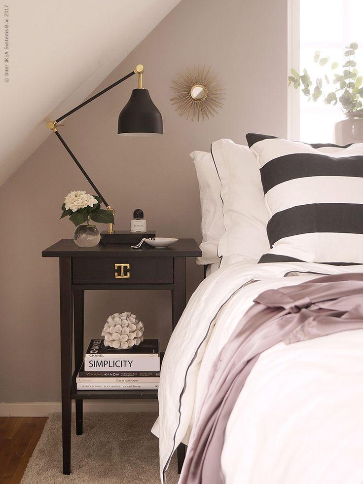 IKEA klassikern ALEX, design Johanna Asshoff, är en riktig dröm för kreativa själar, rymlig och lätt att flytta runt efter behov. Lagom till skolstart laddar vi upp med två ALEX beredda att jobba hårt för att hålla papper, mappar, färger och bilder på plats!