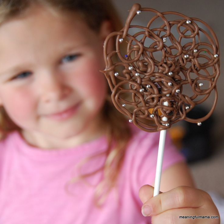 Pirulitos de chocolate fáceis, bonitos e bem diferentes. Passo a passo aqui.