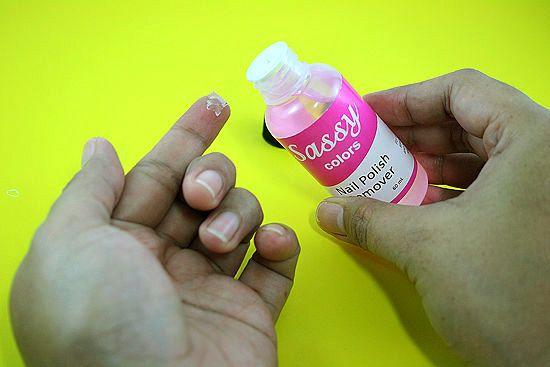 Quitar pegamento de los dedos con quitaesmalte o acetona