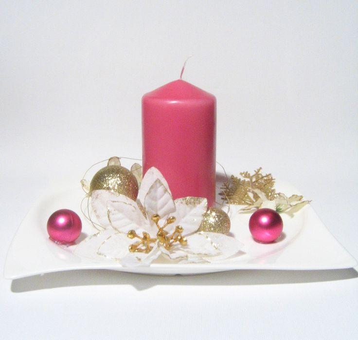 Luxusní+vánoční+svícen+/+megalomanský+minimalismus+Nádherný+vánoční+svícen+na+porcelánovém+tácu,+zdoben+bílými+květy+se+zlatým+zdobením,+zlatými+a+růžovými+ozdobami,+zlatým+drátkem+a+zlatou+větvičkou.+Na+světle+se+celý+krásně+třpytí.+Svíčka+je+růžová,+barva+odpovídá+fotce.+Velikost+cca+22cm+a+výška+cca+12cm.+Originál,+vyroben+s+láskou!+:)+Nenechávejte...