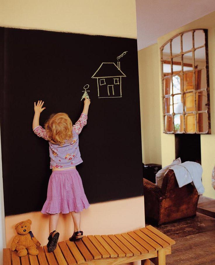 Weet je niet hoe je de kinderen bezig kunt houden tijdens deze regenachtige dagen?  Dan hebben wij een leuk idee voor jou! Maak een eigen schoolbord met Sudwest schoolbordenverf (http://www.verfpoint.nl/p-1188-sudwest-schoolbord.html)   De kinderen kunnen hun creaties hier mooi op kwijt. Daarnaast hoef je nooit meer een kladblok te verlegen, want je kunt jouw notities hier ook op schrijven.  #painting #walls #ideas #wooninspiratie #verfpoint