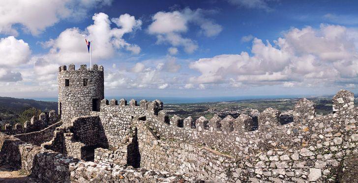 Sintra, Portogallo: l'eden glorioso di Lord Byron - via Viaggio nel Mondo 14.11.2014   Palazzi magnifici, giardini esotici, un'atmosfera fiabesca. L'eden decantato da Lord Byron. #Sintra, un sogno a occhi aperti, a soli 28 km da #Lisbona. Foto: sintra, portogallo: Castelo dos Mouros