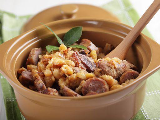 poivre, haricot coco, chapelure, concentré de tomate, poitrine de porc, poitrine de porc, confit de canard, ail, saucisse de Toulouse, sel, saucisson à l'ail