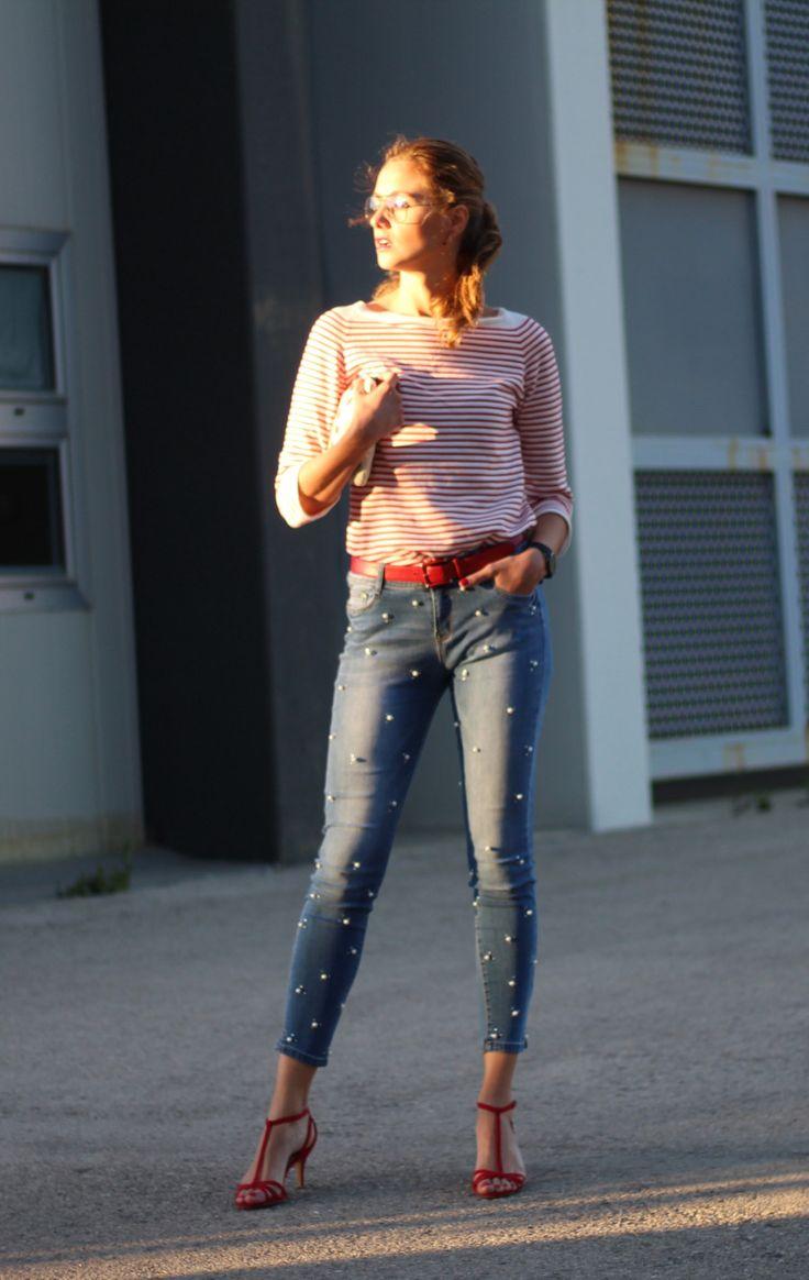 Sandalias rojas, jeans perlas, jersey rallas, gafas aviador
