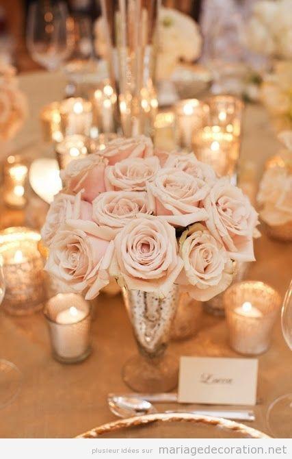 Décoration de table de mariage avec de vases en argent vielli, roses et bougies