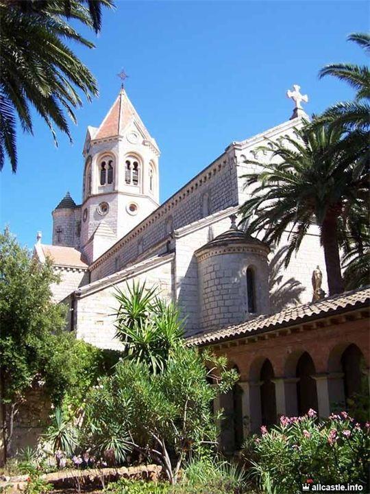 Леринское аббатство На небольшом островке Сен-Оноре (Леринские острова) всего в трех километрах от Канн находится один из древнейших монастырей Франции - .Леринское аббатствоЛеринс...