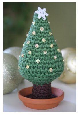 Arbolito de Navidad Amigurumi - Patrón Gratis en Español aquí: http://fieltrunguis.blogspot.com/2012/11/tutorial-arbolito-de-navidad-ganchillo.html