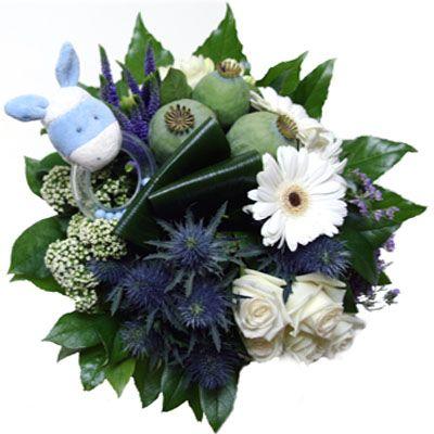Boeket 'Blue Rattle'  Blauw wit groepsboeket met een lieve rammelaar in dezelfde kleuren. Leuk cadeau als u de nieuwe mam en pap wilt feliciteren. De knuffel is van zeer zacht materiaal. In dezelfde range zijn ook knuffels van diverse maten verkrijgbaar. Check ook onze knuffels bij de gelegenheid geboorte of bij de cadeau pagina. In dit groepsboeket zijn o.a. Gerbera's Rozen en andere bijpassende bloemen verwerkt in bijpassende kleuren. LETOP! DE RAMMELAAR IS NIET MEER OP VOORRAAD DEZE ZAL…