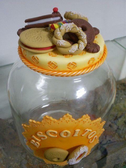 Pote de vidro com modelagem em biscuit.