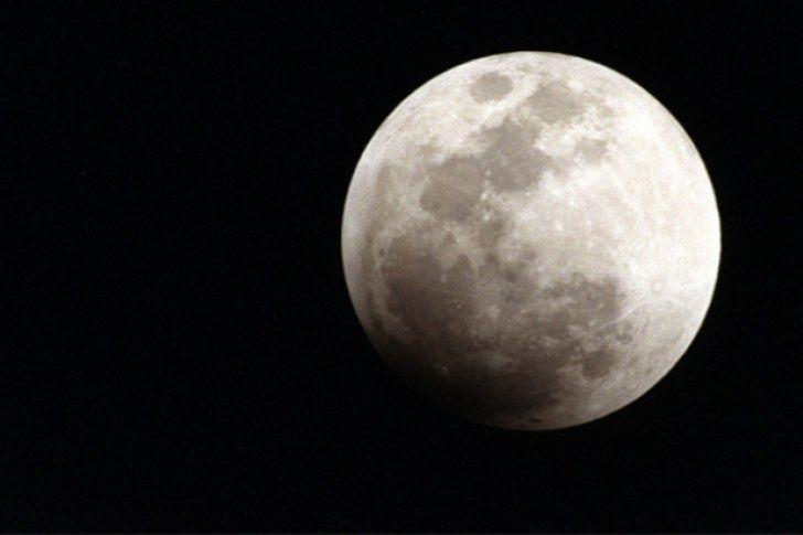 <p>25/03/2016/RT/AM La Luna comenzó a moverse lentamente hace alrededor de 3 millones de años, según un informe de científicos planetarios publicado por la revista 'Nature'. Un equipo internacional de científicos sugirió que los polos de la Luna se han movido…</p>