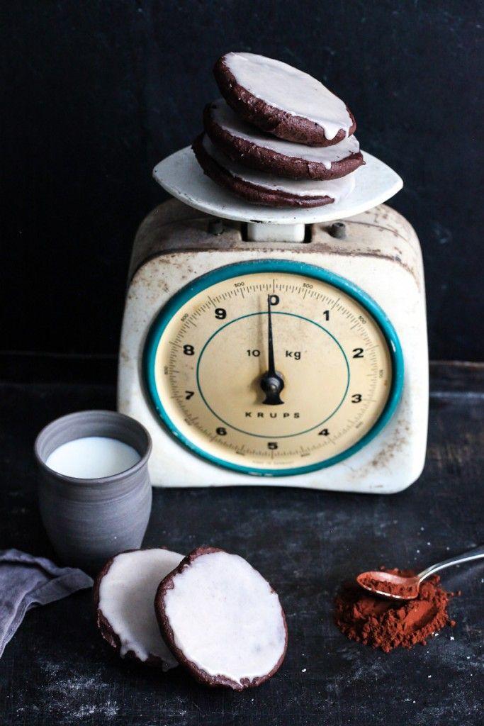 Schokoladen Amerikaner mit Zimtguss die nach Brownie schmecken – der Kuchenklassiker mal anders - chocolate black and white cookies with cinnamon glaze