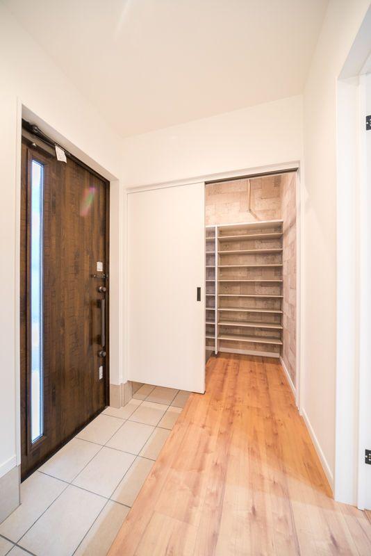 シューズクロークは、部屋を2枚引き戸で区切るように