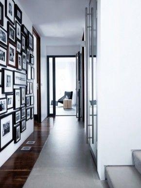 Donkere fotolijsten aan de muur.