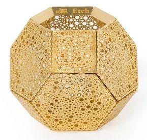 Etch lysestake fra Tom Dixon, brukes til telys. Gir et fantastisk skyggespill. Diameter: 12,6 cm. Høyde: 10,2 cm.