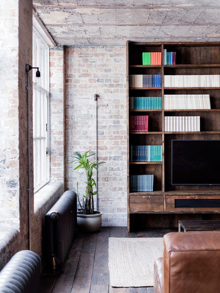 Шкафы с телевизором из того же дерева что и кухонные.  (индустриальный,лофт,винтаж,стиль лофт,индустриальный стиль,интерьер,дизайн интерьера,мебель,архитектура,дизайн,экстерьер,квартиры,апартаменты,гостиная,дизайн гостиной,интерьер гостиной,мебель для гостиной,фото гостиной,идеи гостиной) .
