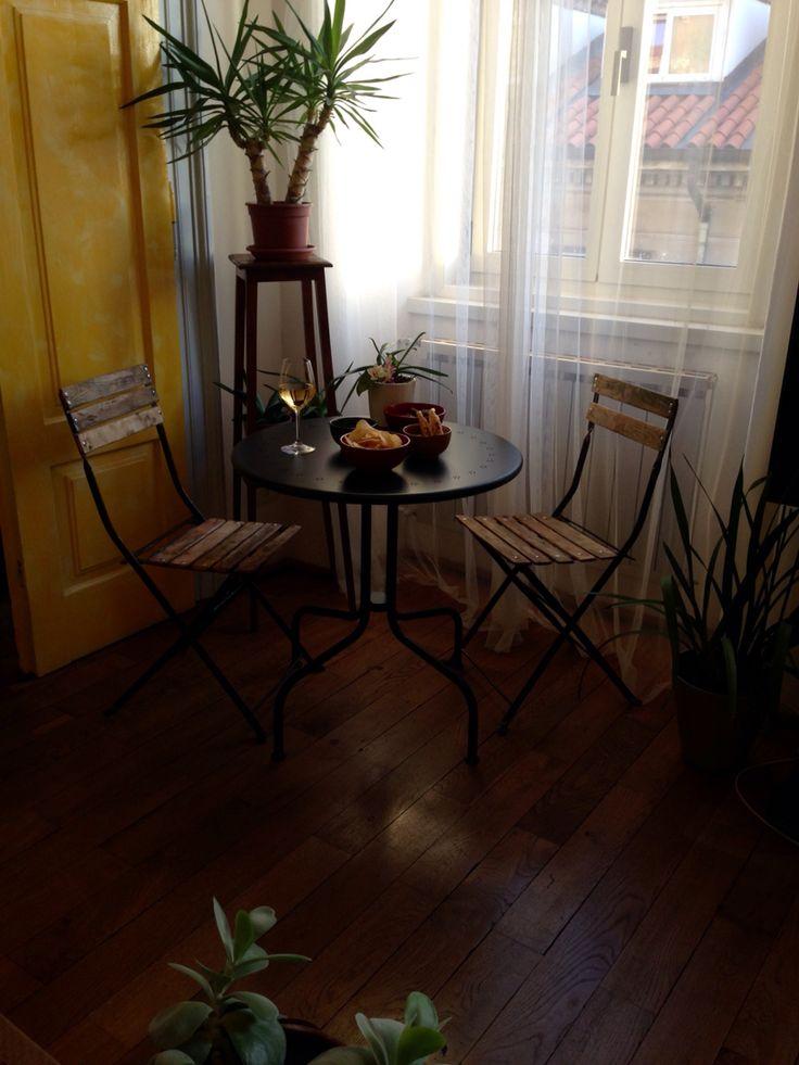 Angolo relax.  Sedie da giardino francesi provenienti da un mercatino dell'usato, tavolino Ikea.