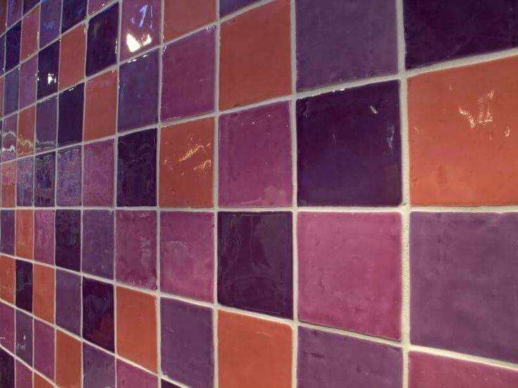 Een unieke spatwand in de keuken. hangevormde tegels, kleine tegels, gekleurde wandtegels, kleine faience, landelijk interieur, kleur in de keuken, tegels 10x10cm,paarse wandtegels, roze wandtegels, oranje wandtegels, tegels keuken, keukentegels, badkamer tegels, douche tegels, spatwand, accentmuur