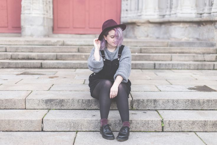 Robe chasuble, Dr Martens et gros pull gris