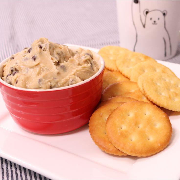 「生クッキー!?簡単ディップ」の作り方を簡単で分かりやすい料理動画で紹介しています。焼かないクッキー?! 小麦粉が入っていないのでら生で食べられます! デザートディップは、混ぜたら盛り付けるだけなので、簡単に言うパパッと作れちゃうのでおすすめです! パーティなどでも活躍すること間違いなしです!