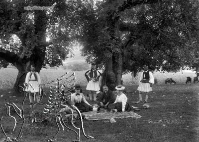 Gruppenporträt einer Picknickgesellschaft und dreier Männer in Tracht Paros (Regionalbezirk), Paros. Nachlass Alfred Schiff (1863-1938); Uni-Koeln