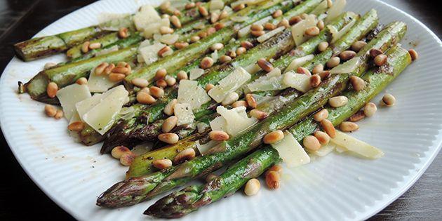 Simpel og helt vidunderlig forret med let ristede asparges, parmesanflager og gyldne pinjekerner.