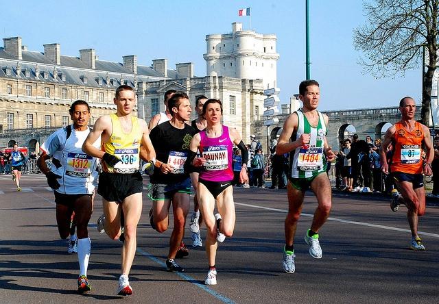 Marathon de Paris 2010 - Christelle Daunay passe le château de Vincennes, via Flickr.