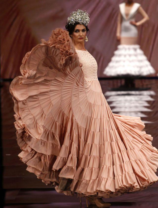 Repasamos las mejores imágenes del desfile del diseñador Javier García en Simof 2017 con la colección de moda flamenca «Mi cielo»