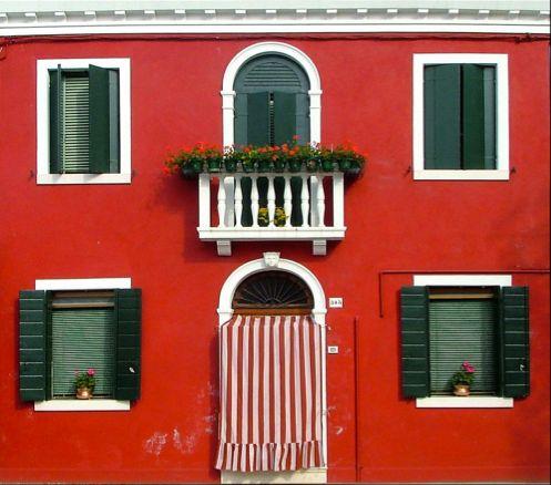 Decisamente non facile il rosso sulla facciata di un edificio, ma abbinato a un verde intenso e fasce bianche è decisamente perfetto! www.viceversa.com