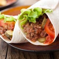 Вихрь овощей, зелени, мясо, курицы, бобовых и пикантных соусов в тонкой лепешке - столько вкусов у одного мексиканского буррито! И каждый из них невероятно точно отражает темперамент народа. Домашние буррито - это и отличное угощение для вечеринки, идеальное дополнение пикника и конечно вкусный перекус! Вы можете приготовить настоящее мексиканское буррито с острыми и сладкими нотками или создать свою