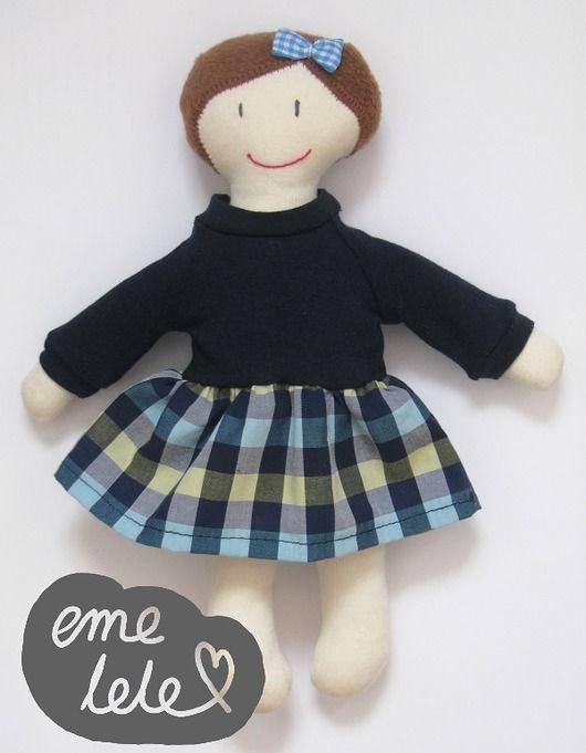 Lalka w granatowej sukience