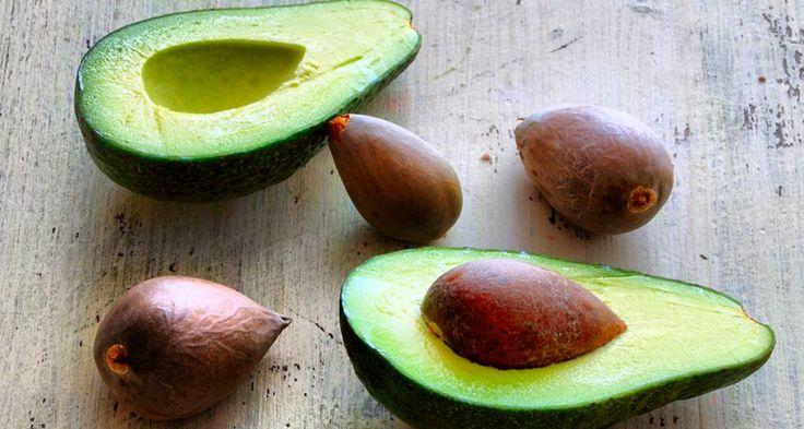 A menudo, la semilla o hueso de los aguacates se tiran a la basura, o se usan para intentar hacer crecer un árbol de aguacate. Pero lo que mucha gente no sabe es que la semilla o hueso del aguacate es comestible, sí ... e incluso es más nutritivo que el propio aguacate. A continuación se presentan 8 grandes razones