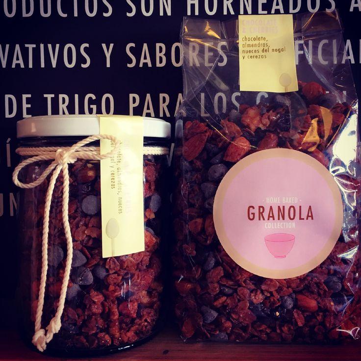 Chocolate & Cherries Granola Granola artesanal libre de azúcar con avena orgánica, cerezas desidratadas, chocolate semiamargo y almendras. Disponible en nuestra tienda online www.homebaked.com.co