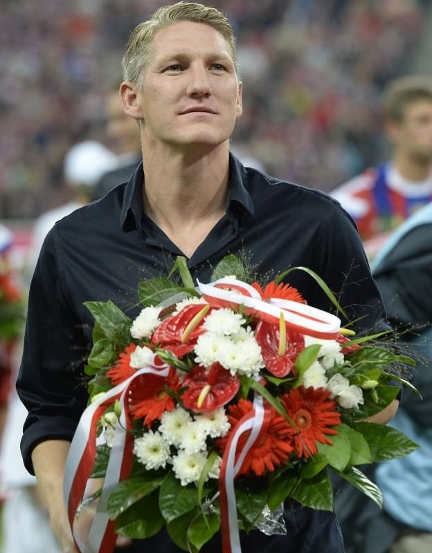 Came to watch football, got some flowers #FCBWOB @BSchweinsteiger receives a nice bunch for his #WorldCup win pic.twitter.com/0lIpsovwjP