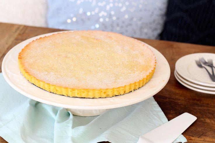 Deze zalige citroen ricotta taart staat binnen een uur gebakken en al op tafel. Smaakt lekker fris en smeuïg door de ricotta.