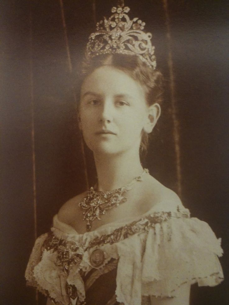 queen Wilhelmina of the Netherlands as a young woman (she became queen at age 10 and was crowned at 18; this may be a coronation portrait)