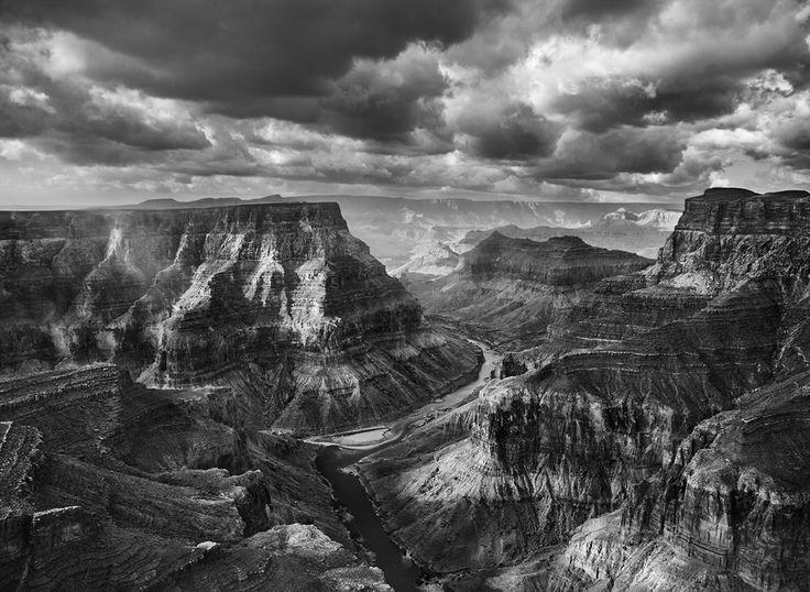 Вид на слияние рек Колорадо и Малое Колорадо со стороны Навахо. Национальный парк Гранд-Каньон начинается после пересечения этих рек. Аризона. США. 2010. Фотография Себастио Сальгадо / Amazonas images