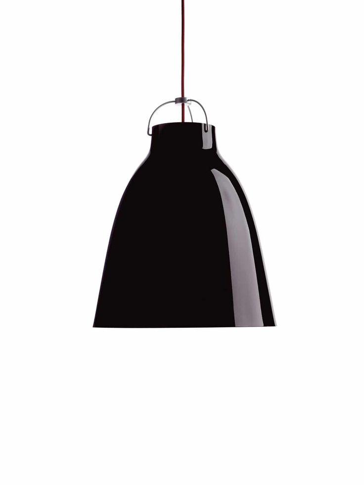 Der Designerin Cecilie Manz ging es darum, kleinen und großen Pendelleuchten eine einfache Form mit weichen Linien zu geben, was ihr mit der Serie Caravaggio gelungen ist. Bei der Arbeit wurden die Linien immer wieder verändert, bis schließlich die feminine Form entstand. Der aus gezogenem Stahl bestehende Lampenschirm weist eine hochglänzende Lackierung auf. Technik und Konstruktion der Hängevorrichtung wirken eher …