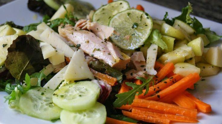 Ensalada de bonito con vinagreta de lima, miel y cilantro