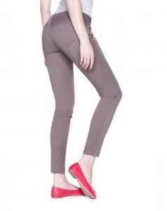 Tasche posteriori che alzano e modellano il gluteo, taglio regolare che valorizza la gamba. Back pockets that lift and shape derriere and classic pants cut to flatter your legs.