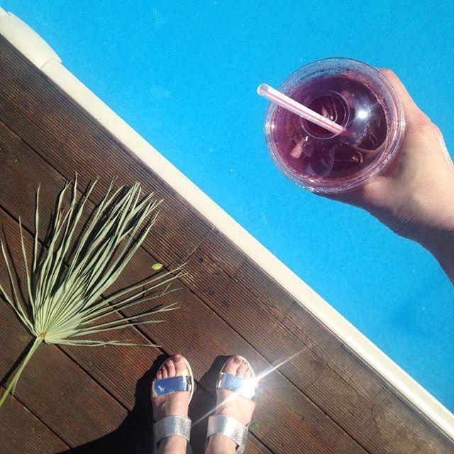 Доброе жаркое утро!☀️ И Вау! У нас обновленное летнее меню!✨ Холодный лимонад, эспрессо тоник, бамбл-клюква и уже полюбившиеся смузи и апельсиновый фрэш, подарят вам прохладу в эти жаркие дни!  Обратите внимание на вкусы Раф-кофе: - клубника🍓 - кокос 🌴 - лимонный пай🍋 Всех ждем!✨☀️✨ #утро #флакон #доброеутро #coffeerustic #flacondesignzavod