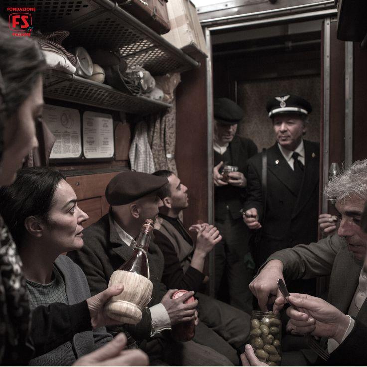 """Dal film """"Un viaggio di cento anni"""", di Pupi Avati, emigranti in viaggio su una carrozza di terza classe"""