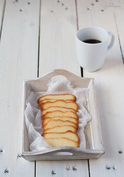 Receta de galletas lenguas de gato paso a paso. Las lenguas de gato se preparan con claras de huevo, perfectas para aprovechar las claras que sobran de otras recetas.