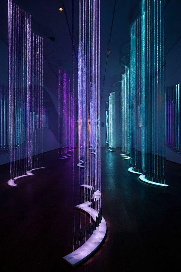 http://vimeo.com/ Cantus Arcticus se inspira en las cortinas brillantes de la Aurora Boreal y en una pieza musical del mismo nombre, del compositor finlandés Einohujani Rautavaara (b.1928), que a su vez se inspiró en el paisaje y el canto de los pájaros de la tundra ártica . Se compone de 15 formas de aves abstractas, presas en cortinas de fibra óptica que brillan intensamente, cambiando de color en respuesta a la música de Rautavaara.