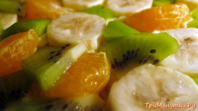 Киви, бананы и дольки мандаринов для фруктового торта