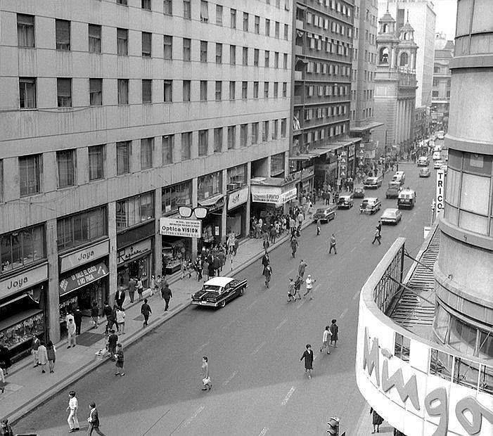 Vista de calle Estado esquina Huérfanos de Santiago en 1969.
