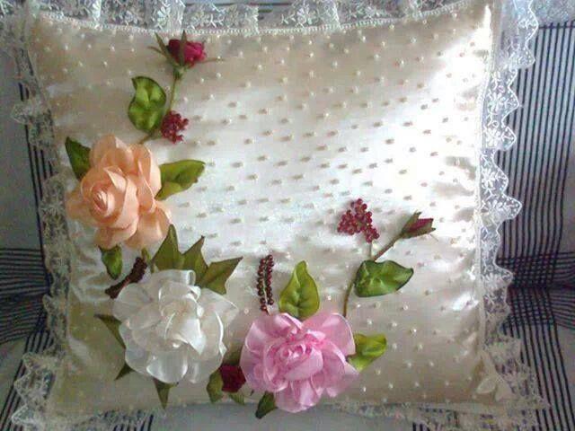 Cojin bordados con flores en cinta   Cojines   Pinterest