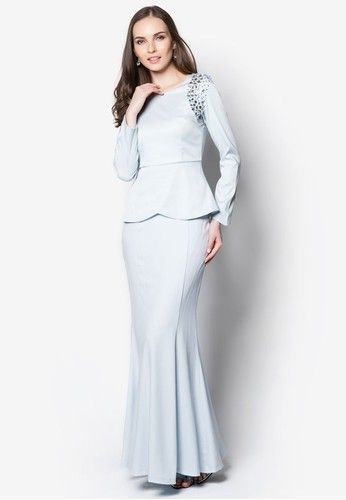 Sidra Embelished Shoulder Kurung from VERCATO in Blue Exude sheer opulence for the coming festive season through this elegant baju kurung by VERCATO. Featuring gleaming crystals embellished on the side panels, this piece combines the demurity of traditional wear with the sophistication of modern tim...