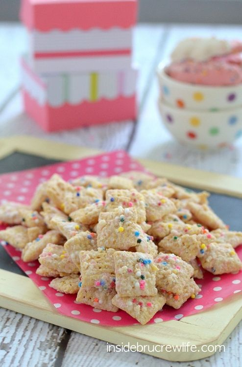 Frosted Animal Cookie Muddy Buddies - 5 ingredients easy #chex snack mix