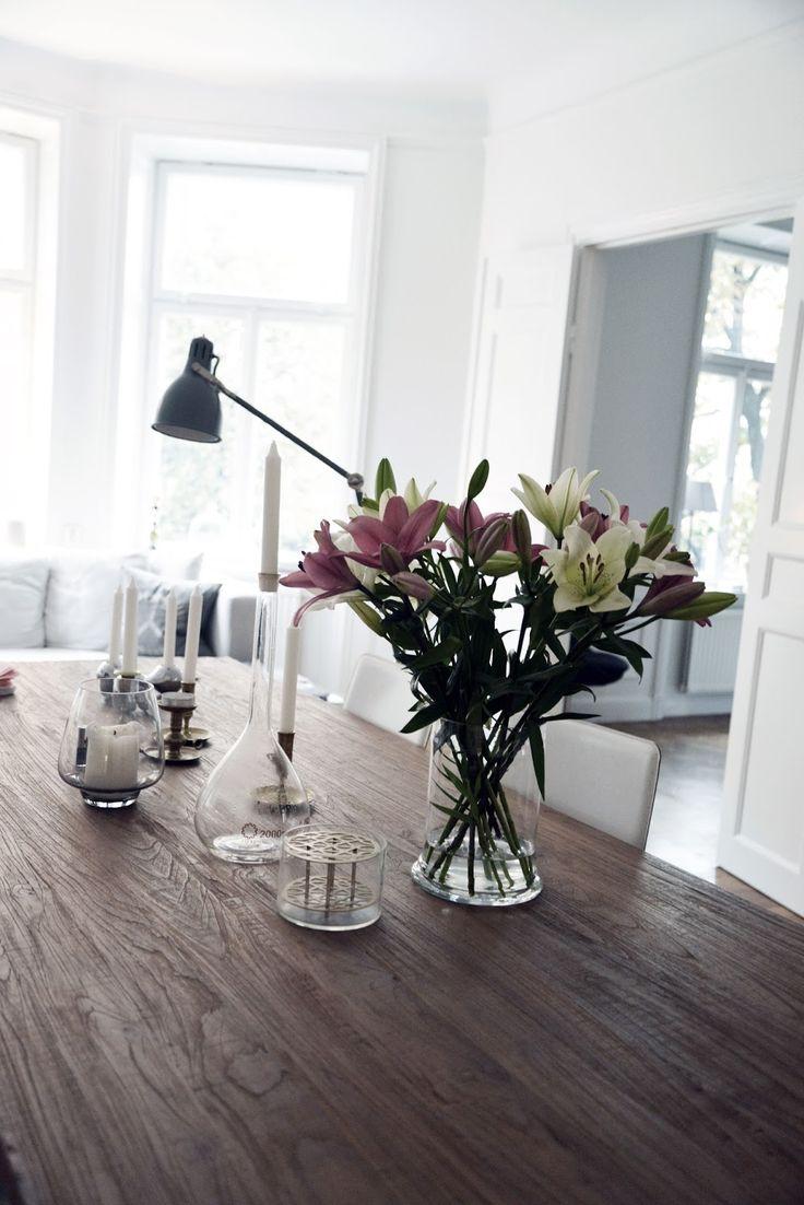 dinnertable - lilies