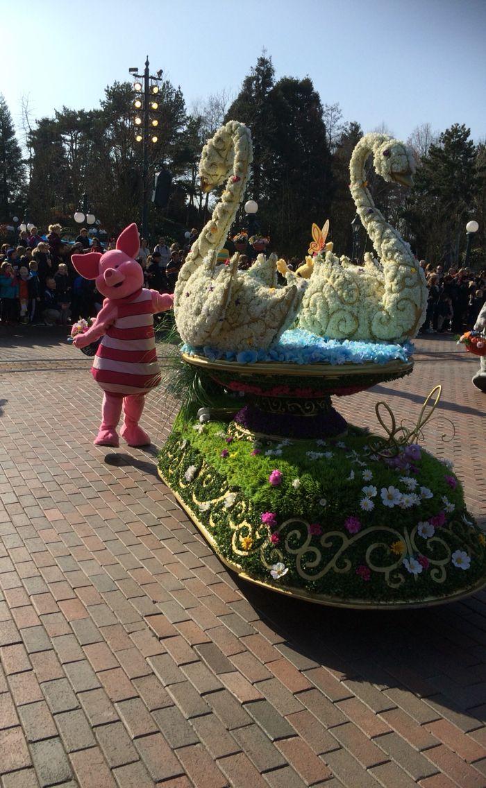 Er is ook meerder keren per dag een korte parade voor het kasteel met als thema Disney viert de lente #disneyland Parijs
